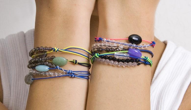 bracelets pierres taillées mains spinelles tanzanites rubis labradorites iolites